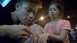dang long nam thanh nien lam chuyen manh bao voi co gai o hang nuoc - v.a