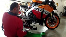 honda repsol cbr 1000rr oil change - gopro hd hero 2 - v.a
