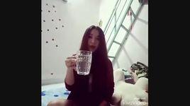 em gai xinh tuoi can mot hoi het chai vodka - v.a