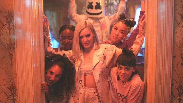 Marshmello kết hợp ăn ý cùng Anne-Marie cho ra đời MV FRIENDS