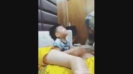bo khong chiu nhuong me cho con trai ngu cung - v.a