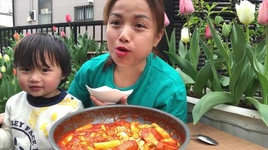 lam & an thu banh gao cay pho mai han quoc giua vuon hoa tulip (tteokbokki) - cuoc song o nhat #193 - quynh tran jp