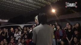 trung quan va denis dang quan quyt ben fans mung sinh nhat muon sau khi cho doi hang gio dong ho - v.a